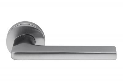 Tirador de puerta en cromo satinado de Gira por el diseñador Jasper Morrison para Colombo Design