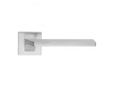 Tirador de puerta cromado satinado Giro Zincral en roseta de plástico Forma Dynamic Line Calì Design