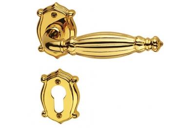 Queen Classique PFS Pasini manija para puerta de latón con escarapela y boquilla
