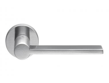 Tool - Manija para puerta de cromo satinado en roseta del arquitecto Michele De Lucchi para Colombo Design